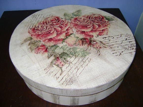 Caixa redonda em MDF, pintada em pátina, listras e carimbos e com decoupage floral. R$ 45,00