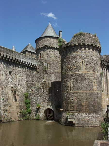 Château de Fougères 35 chantée par les Romantiques, la ville de Fougères peut s'enorgueillir d'un passé riche et tumultueux: Son histoire s'est écrite à coups redoublés de canons rythmés du cliquetis des lames et avec le sang des populations; Coincée entre Bretagne et Normandie, elle paya un lourd tribu à tous les conflits qui secouèrent la région. Elle garde cependant comme témoin de ses heures de gloire, un chateau fort exceptionnel, véritable joyau de l'architecture médievale bretonne.