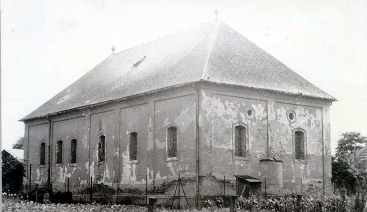 Albertirsa Status Quo Ante synagogue is is located between Albertin and Irsa villages in  Pest-Pilis-Solt-Kiskun county.  By 1750, 75 Jews had settled in Albertin.  By 1944, the Congregation had 92 members.  While most perished in Auschwitz, 20 returned after Shoah.