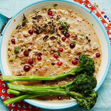 En snabblagad och mustig gryta med smakrikt hjortskav som ger helgmatskänsla mitt i veckan. Lingon och messmör gör viltskavsgrytan både syrlig och rund i smaken. Servera den gärna med kokt potatis och broccoli.