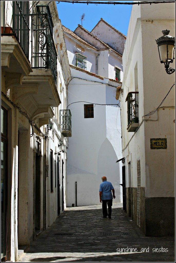 tarifa street Al fondo esta la antigua carcel real, es una calle del centro historico de #tarifa