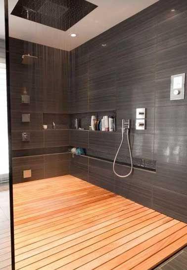Carrelage gris anthracite et receveur en caillebotis dans la douche à l'italienne