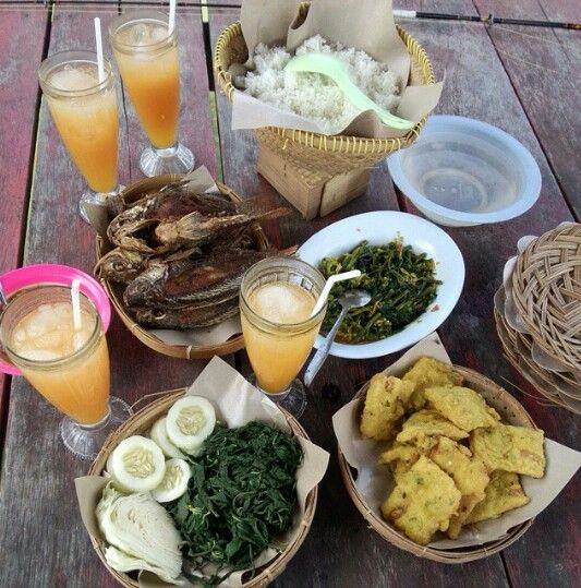 Lalapan Mujair Goreng, tumis kangkung, mendoan dan Jus Jeruk. Indonesian Food