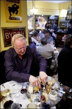 STINKENDE GODT: Ostefatet hos Le Comptoir bugner av de deiligste franske oster, syltetøy og honning. Og du kan ta til du skjemmes - eller du rett og slett ikke orker mer. Foto: GØRAN BOHLIN