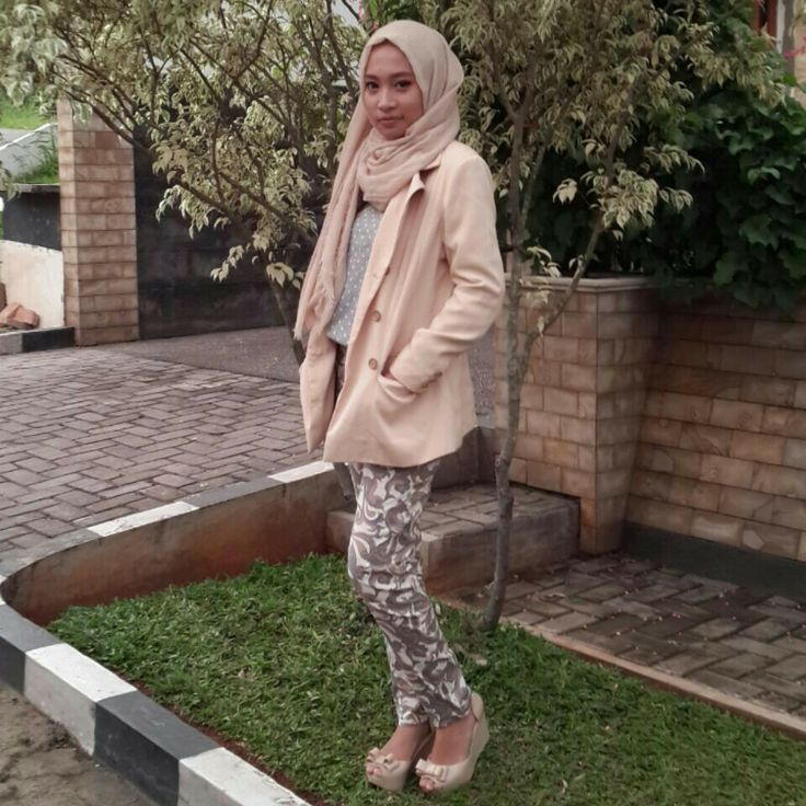 Nude. Printed pants. Hijabi fashion.