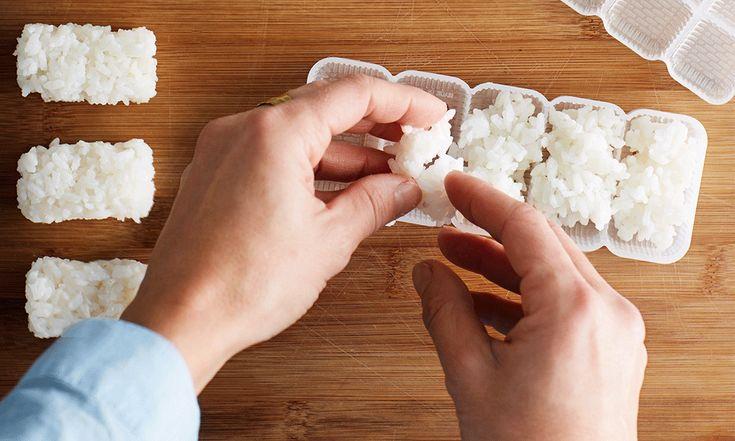 Nigiri sushi is een bolletje rijst (80 calorieën per stukje) met daarop één ingrediënt, meestal vis.Maak er lekker veel of maakverschillende Aziatische hapjesen nodig vrienden uit! Zo kan je zaterdagavond niet meer stuk. Nodig voor 24 stukjes nigiri sushi 1 portie sushirijst, gekookt volgens recept bij de Maki sushi nori (optioneel) mooie verse vis: zalm,…