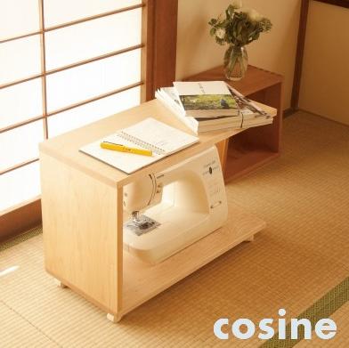 ソファの座面にはまるサイズで作ったキャスター付きのワゴン。和室にも合うデザイン。
