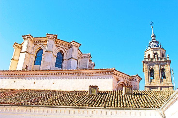 Iglesia de Santa Maria la Mayor. Abside y torre desde patio de los artesanos