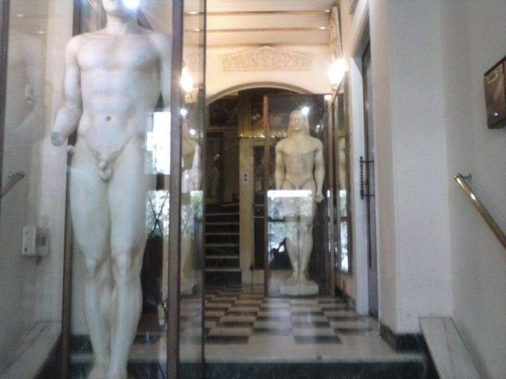 Αγάλματα κούρoι μέσα σε  πλαίσιο ξύλου καρυδιάς με τζάμι ασφάλειας σε νεοκλασική πολυκατοικία κέντρο Αθηνά by epipla kafritsas