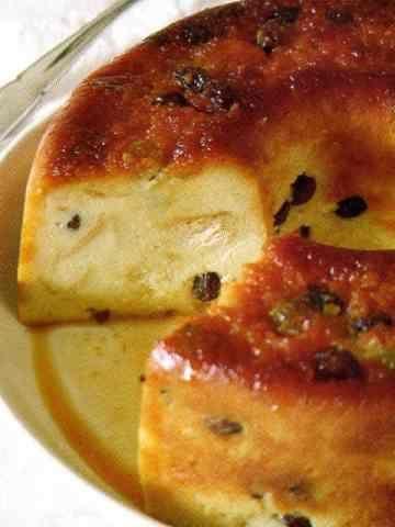 Ingredientes: 2 tazas de miga de pan 3/4 taza de azúcar 250 g de pasas de uvas sin semillas 1/2 l. taza de leche 4 huevos Esencia de vainilla Ralladura de limón