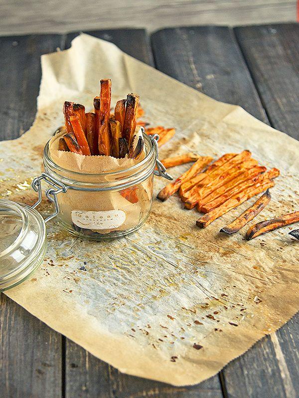 Om du följer vår blogg har du kanske gissat att vi älskar sötpotatis. Vi har gjort en hel del hälsosamma och läckra recept med sötpotatis. Här kommer vår sunda version av de vanligtvis feta och friterade pommes frites.