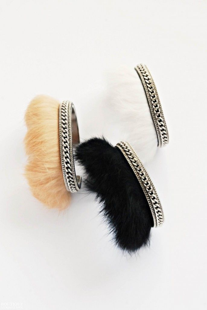 A statement and genuine fur cuff.  ► A stainless steel cuff all covered in genuine fur and silver plated chains. ► Bracelet measures about 6,5 cm X 5 cm.