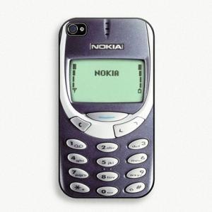 Protection pour iPhone Nokia 3310 -- Se coucher et se lever avec son iPhone 3310 à ses côtés, voici le plaisir que vous offrira cette superbe coque de protection d'iPhone en forme de vieux Nokia 3310. Par contre nous ne vous garantissons pas que votre iPhone survivra au choc d'un tir de fusil ou d'une chute d'un avion comme l'aurait fait un bon vieux Nokia 3310 !