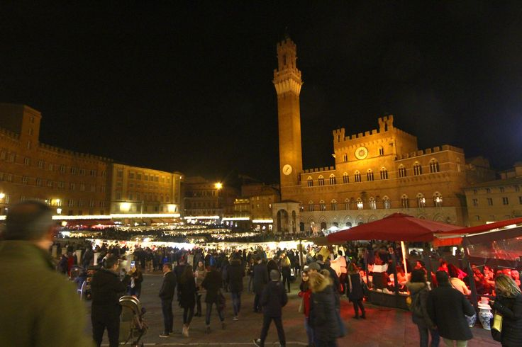 Piazza del Campo - Siena 5 dic 2015 il mercato in piazza, folla e bontà