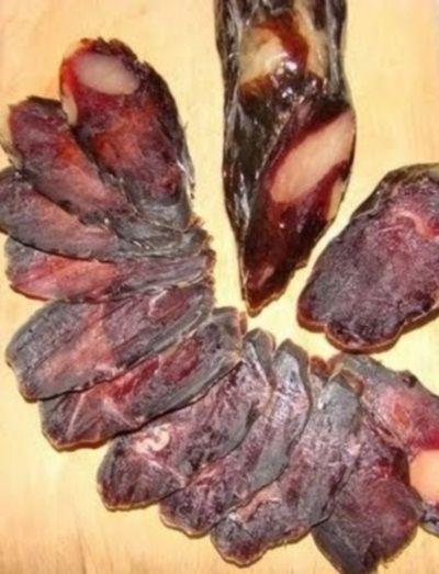Домашняя вяленая колбаса занимает почетное место среди любимых закусок. Ее рецепт происходит с белоруской кухни, где сыровяленую домашнюю колбасу готовит практически каждая хозяйка. Вариантов этой закуски очень много, но принцип приготовления один.