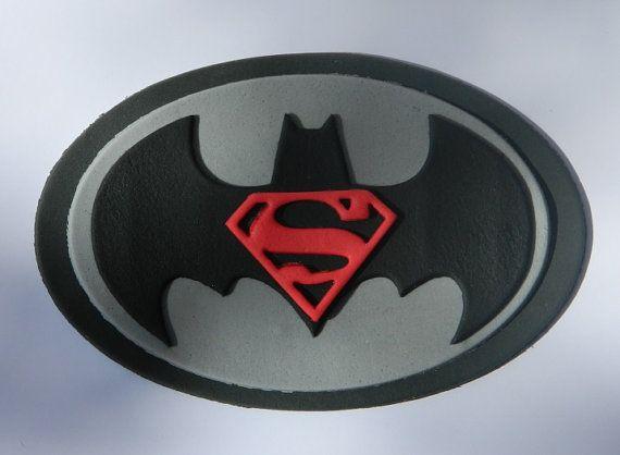 EETBARE TAART TOPPERS  U KOOPT   1 x BATMAN VS SUPERMAN SUPERHELD LOGO   METEN van ongeveer 16cm   BEKIJK DE DETAILS EN DE KWALITEIT  U KUNT DE KLEUR  ALLE MIJN DECORATIES ZIJN HANDGEMAAKT. IK MAAK ZE MET DE HAND EN GEBRUIK GEEN MALLEN. ZE ZIJN ALLEMAAL GEMAAKT OP BESTELLING.  IK KAN 10 OF 1000 DECORATIES, LIET ME ENKEL WETEN UW WENSEN EN IK ZAL DOEN EEN SPECIALE PRIJS.  GROTERE OF KLEINERE DECORATIES KUNNEN WORDEN GEMAAKT AAN ORDER AS PUTJE AAN UW BEHOEFTEN.  BEKIJK DE DETAIL. VERGELIJK DE…