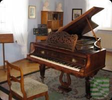 Zum Kinderfasching bei Schumanns lädt das Robert-Schumann-Haus am Rosenmontag, dem 16. Februar um 15 Uhr ein. Wer es noch nicht weiß: Robert Schumann hatte Zeit seines Lebens ein enges Verhältnis zum Karneval und zum Maskenspiel. In mehreren Klavierwerken hat er sich mit dem Thema Maskenball auseinandergesetzt.