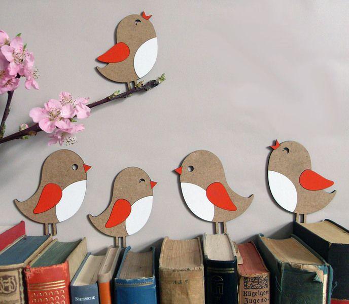 Diese kleinen Piepmätze setzen sich mit Vorliebe auf Bücher , Lichtschalter, Fenster-, Tür- und Bilderrahmen und überall sonst, wo sie sich anlehne...