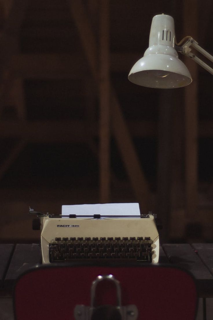 New free photo from Pexels: https://www.pexels.com/photo/white-typewriter-beside-white-study-lamp-and-green-rotary-telephone-108012/ #desk #table #technology