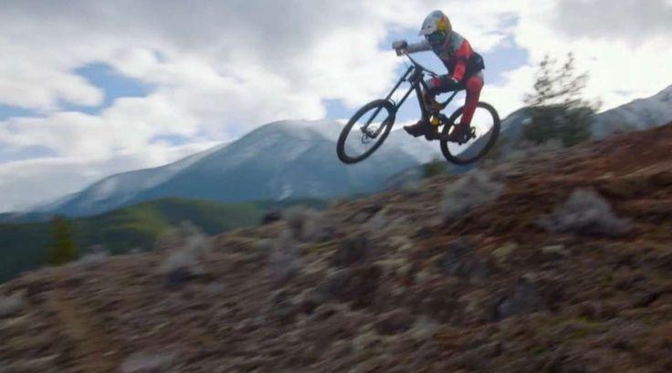 Le jeune rideur canadien Finn Iles nous embarque dans une descente de VTT engagée qui parait sans fin. La vidéo fait partie de la série «Raw 100» de Red Bull où les réalisateurs doivent livrer 100 secondes d'un montage le plus épuré possible.