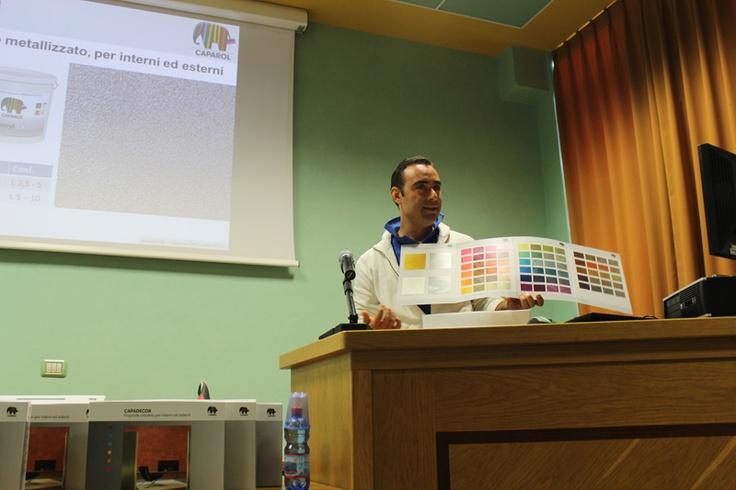 Nell'immagine Andrea Della Maggiore durante la lezione teorica in aula, prima fase del workshop.