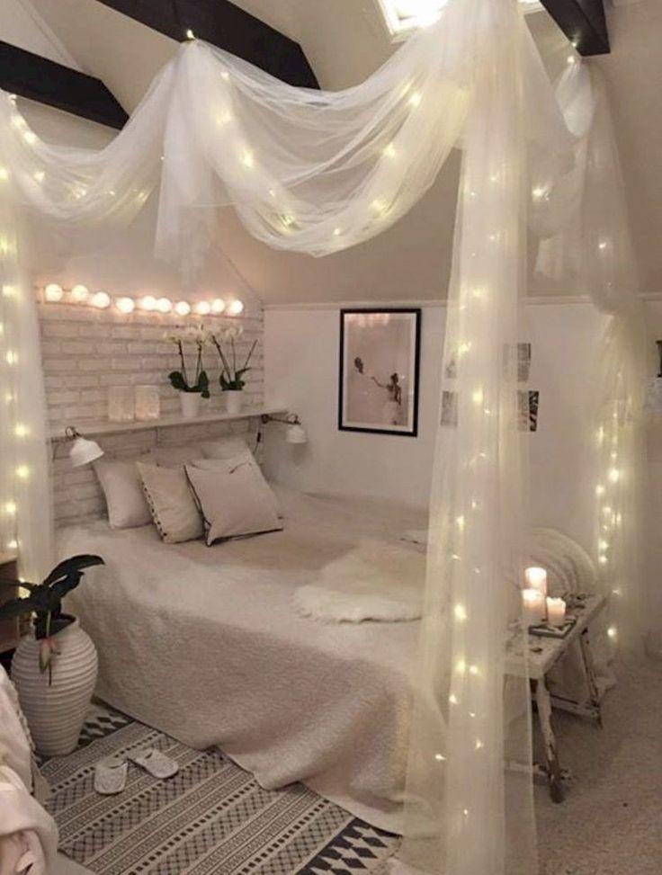 Gemütliches Schlafzimmer mit Himmelbett und Licht…