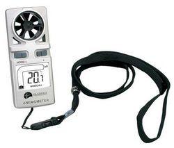 El Anemómetro  digital y portátil de marca La crosse Technology mide la velocidad del viento y la temperatura, muy útil y práctico en actividades de trabajo y outdoors. Integra una bonita pantalla LCD para ver los datos. Incluye una correa con clip