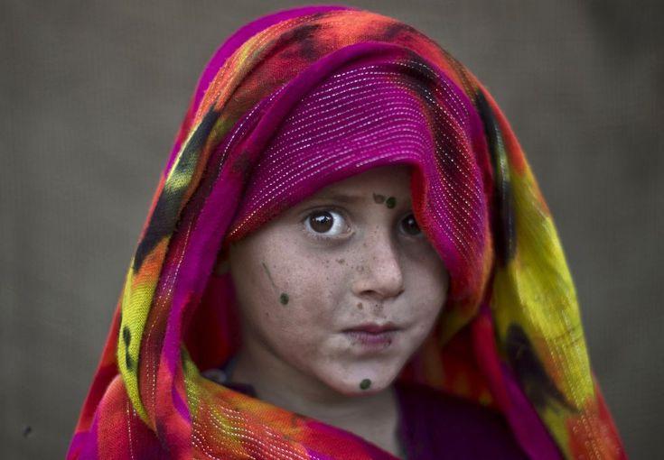 Las fotos del año 2014   Fotografía   EL PAÍS 24 de enero. Niña afgana Robina Haseeb, una refugiada afgana de cinco años, posa cuando jugaba con otros niños a las afueras de Islamabad. Pakistán tiene desde hace más de 30 años una comunidad de refugiados que es de las mayores del mundo, y hay cientos de miles de afganos viviendo en el país vecino, aunque según la ONU, desde la invasión comandada por EE UU en 2002, 3,8 millones de refugiados afganos han regresado desde Pakistán a su país.