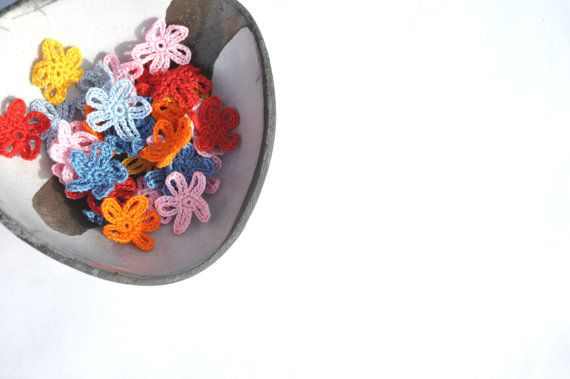 Crochet Flower Appliques Small Flowers by manufattofattoamano, €3.00