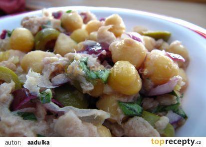 Cizrnový salát s tuňákem a olivami recept - TopRecepty.cz