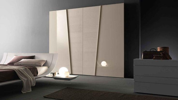 Diagonal skříň v krémové barvě / wardrobe