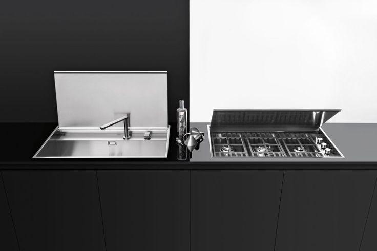 Tendenza del 2016: lavello e piano cottura Collezione Lab con coperchio a incasso e filo che si trasformano con un semplice gesto in un unico piano di lavoro, rappresentando il massimo livello di funzionalità