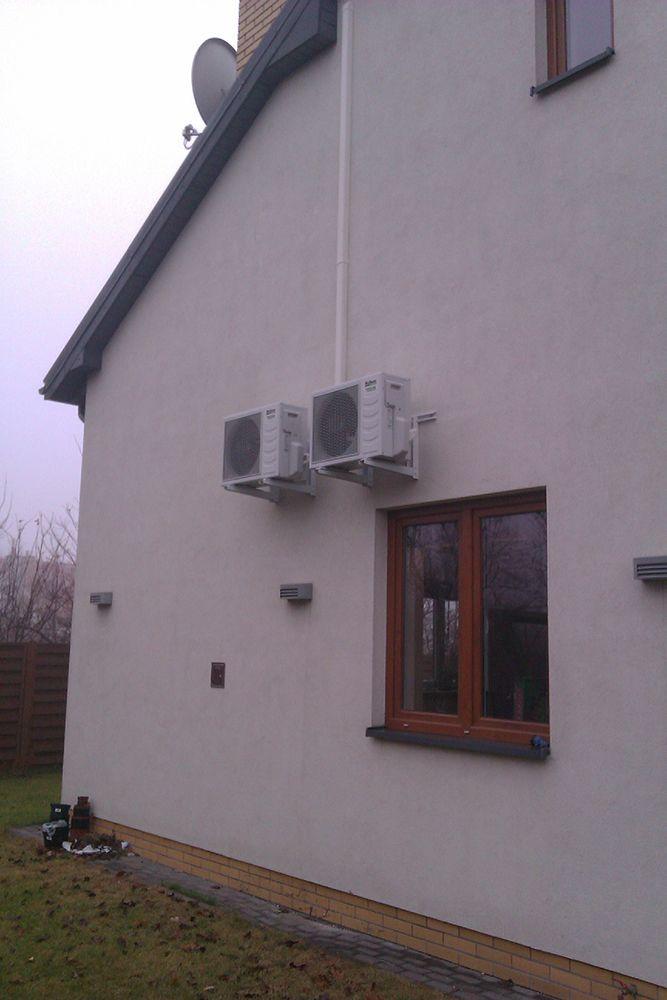 Montaż jednostek zewnętrznych systemu klimatyzacji McQuay na elewacji domu jednorodzinnego