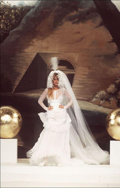 les robes de mariée mythiques iconiques de la haute couture mariage Claudia Schiffer au défilé haute couture Chanel printemps-été 1994 3   Vogue