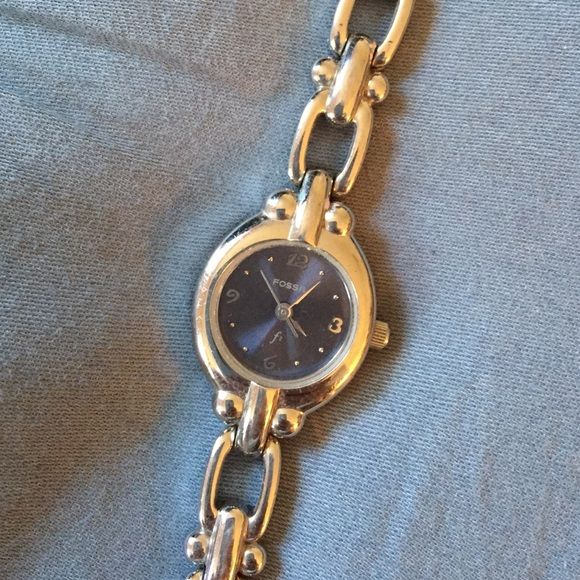Women's Fossil watch Women's silver chain link watch. Fossil brand. NEEDS NEW BATTERY Fossil Accessories Watches