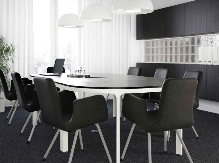 ein gro er sitzungsraum mit einem gro en bekant. Black Bedroom Furniture Sets. Home Design Ideas