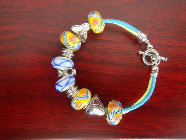 $28.000- Pulcera con pandoras de cristal y accesorios importados.