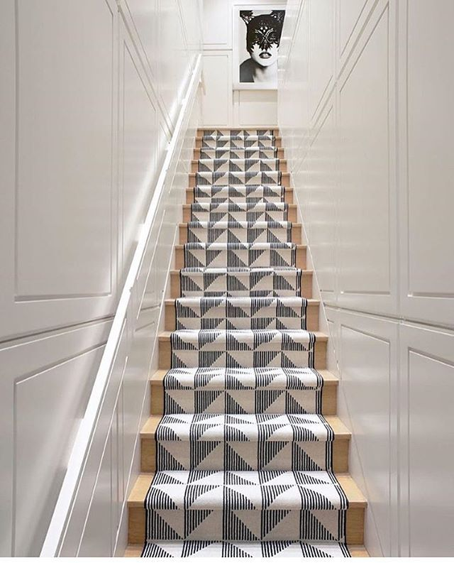 Graphic black and white stair runner is always a good idea. Design by Eric Cohler @ericcohlerdesign via @lucdesign #inspiration #interiordesign