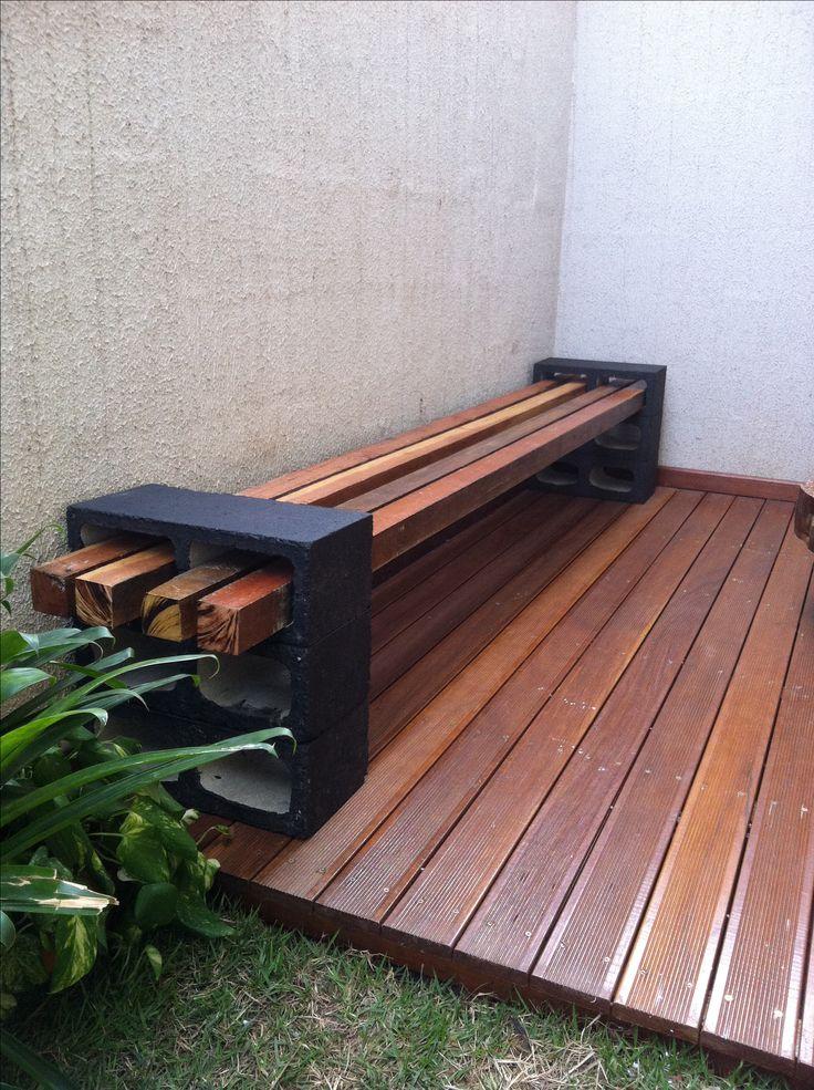 Banco no Deck, feito com blocos de concreto pintados de preto e madeira que sobrou da estrutura do Deck, tratadas com verniz marítimo.