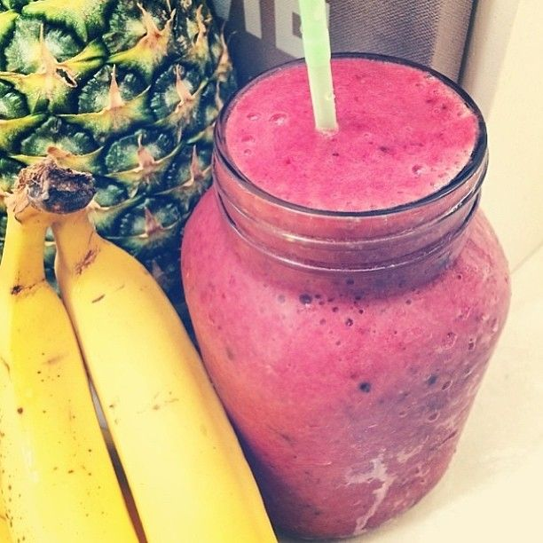 Pineapple, mixed berries, banana, water, maca and coconut water!  Benefits: Refreshing, energizing, immune boosting, cleansing, brain support, can aid weight loss and great for clear skin!