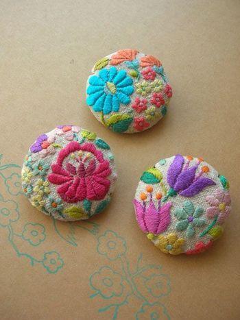シンプルな服もパッと花咲く、カラフルな色合い! ハンガリー刺繍を施したブローチ。