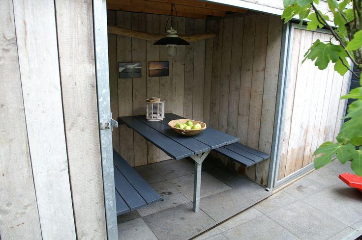 Stadstuin | Sfeervolle zithoek in een  multifunctionele schuur van steigerhout