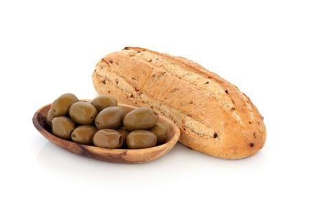 Come preparare il pane alle olive.............Potete utilizzare sia le olive verdi che le olive nere oppure entrambe messe insieme. Il pane è il cibo base nella nostra alimentazione e con questa ricetta, ottima da realizzare anche per il pranzo di Natale, potrete renderlo ancora più speciale e gustoso.Credetemi farete un figurone! Le dosi della ricetta che vi mostro qui in seguito è per 4 pagnotte di pane alle olive