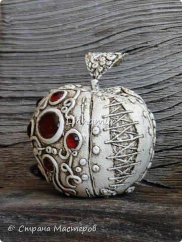Здравствуйте!!! Яблочки декоративные. Основа папье-маше, сверху лепка из холодного фарфора, вставки стеклышки (марбалсы). Высота 11-13 см. фото 8