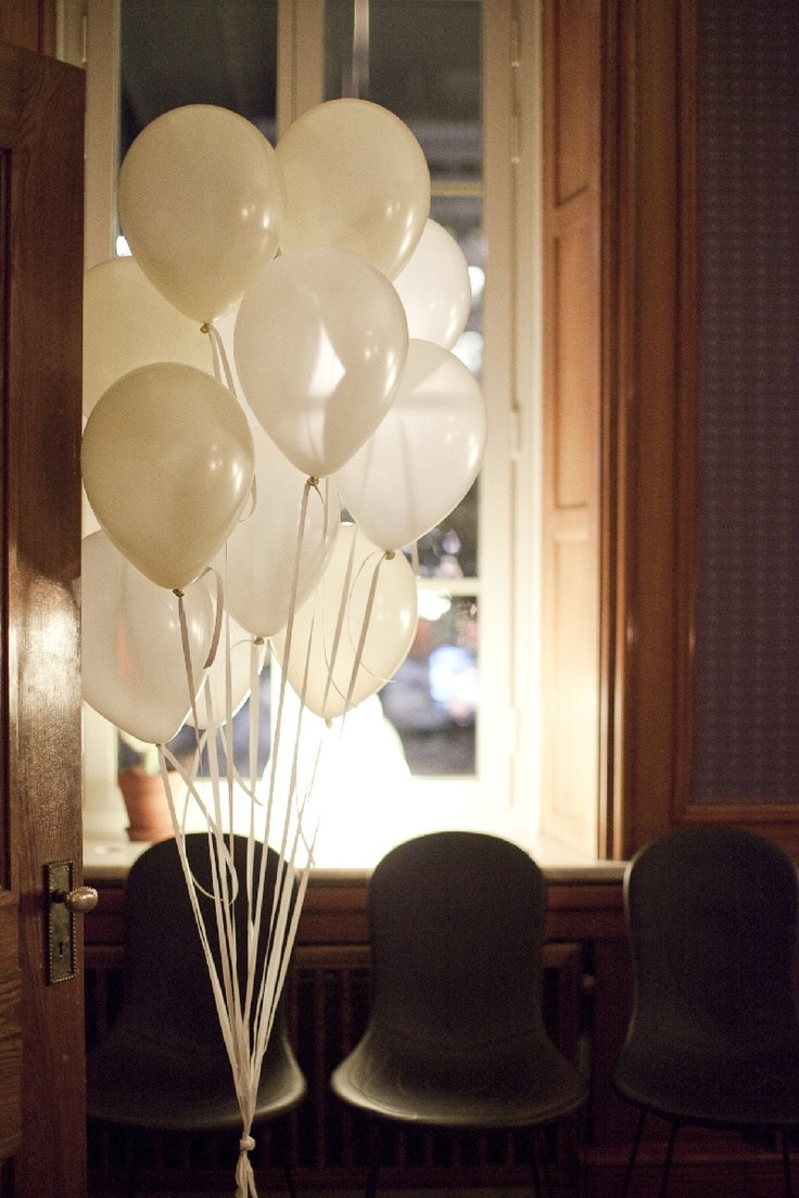 White balloons instead of a lot of flowers is a good idea in the winter