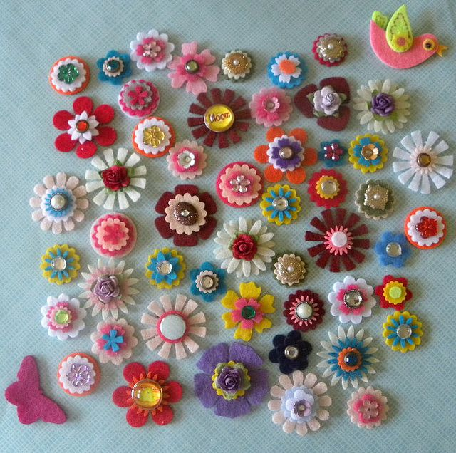 excellent felt flowers, I so want to make magnets out of these! Oh yeah, LOVE!