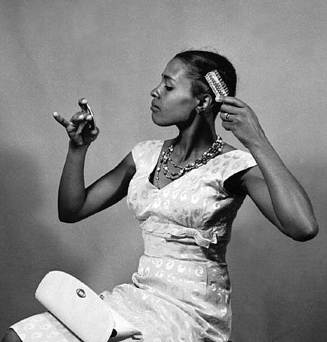 Jürgen SCHADEBERG :: Priscillia Mtimkulu brushing up - Getting ready for a photo session / South Africa, 1954