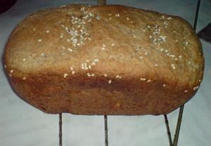 Ingredience (bez semínek) vložíme do pekárny v uvedeném pořadí. Podmáslí lze případně nahradit vodou. Zapneme program Celozrnný. Po zvukovém signálu p...