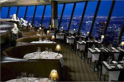 Canada .  En Toronto uno de los restaurantes mas famosos es el que esta en le cima de la torre CN. se trata del 360 The Restaurant, con un magnifica vista giratoria a mas de 351 mts de altura.