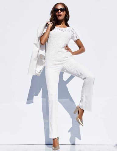 Das elegante Spitzenshirt mit kurzen Ärmeln betont unsere sonnengeküsste Haut! Trés chic!